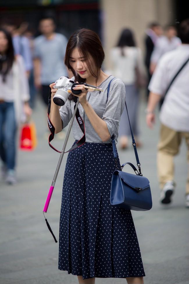 Áo thun mix cùng chân váy khá đơn giản
