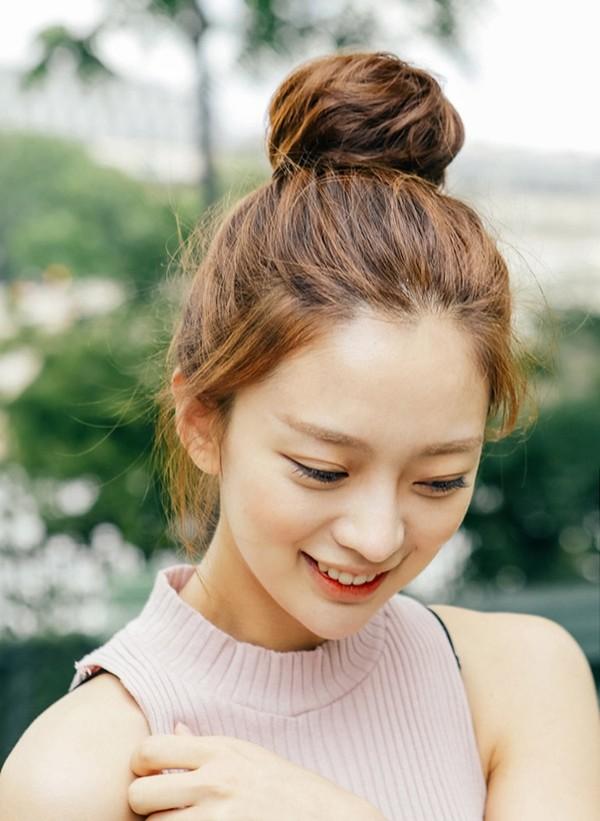 Mái tóc búi trẻ trung và năng động, nữ tính