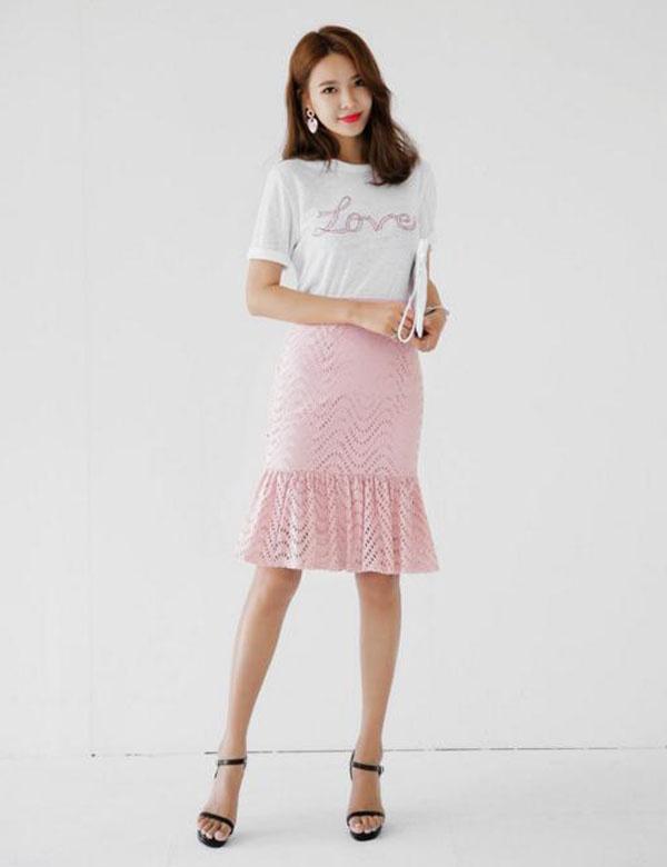 Áo trắng và chân váy hồng