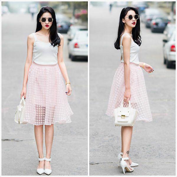 Áo 2 dây phối cùng chân váy xòe dài thích hợp