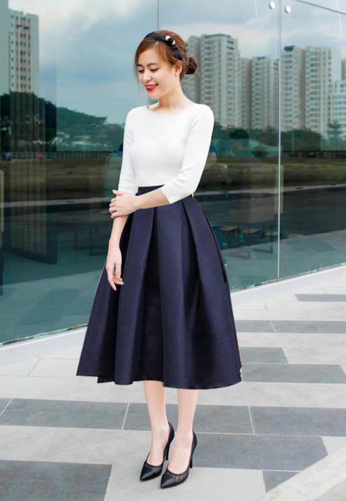 Áo thun trắng mix cùng chân váy đen nổi bật