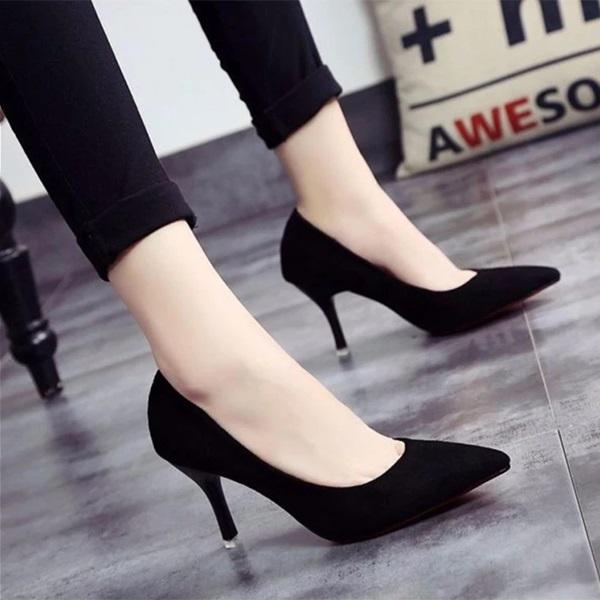 Giày đen là phụ kiện cần thiết cho chị em phụ nữ