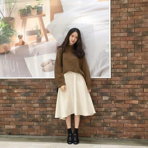 cách mix chân váy xòe dài cùng áo len