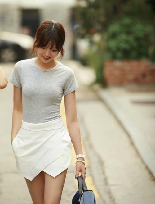 Mix áo phông cùng quần giả váy trẻ trung