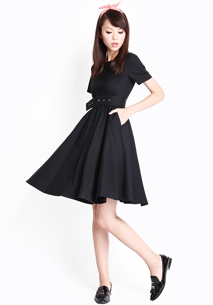 Váy đen và giày đen