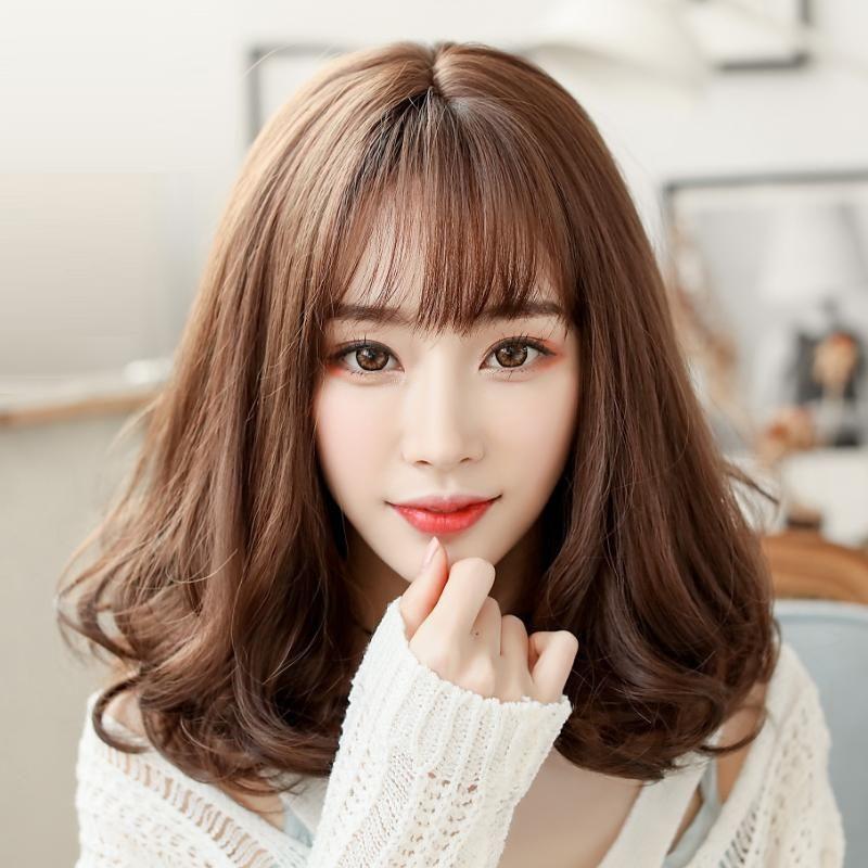 Kiểu tóc xoăn nhẹ ngang vai màu nâu